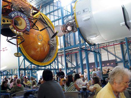 Sous une Saturn V, KSC