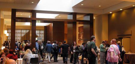 Photo: Foule dans l\'atrium du centre des congres